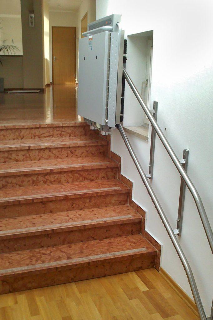 Platforma schodowa Ascendor zajmuje bardzo mało miejsca po złożeniu, co zwiększa komfort użytkowników schodów.